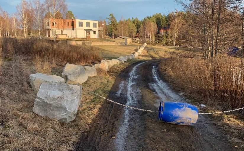 Mur av stenar påVegårdsudden